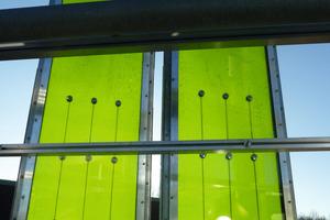 Die Sekundärfassade, die den Bioreaktor zum Leben erweckt, ist alleinoptisch schon ein Blick-fang. Isolierglasscheiben, die in einem Stahlrahmen eingefasst sind, bilden das Gehäuse für die grün schimmernden Algenkulturen. Die Luftblasen im Bioreaktor sind CO<sub>2</sub>. Das Gas regt das Wachstum der Algen an<br />