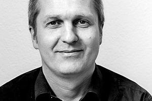 """<div class=""""fliesstext_vita""""><strong>Dipl.-Ing. Freier Architekt BDA Thomas Fabrinsky</strong></div><div class=""""fliesstext_vita"""">Thomas Fabrinsky</div><div class=""""fliesstext_vita""""><br />1964 in Ludwigshafen am Rhein geboren, machte er eine Ausbildung zum Bauzeichner, studierte danach an der FH Karlsruhe Architektur. Nach mehreren Praktika in verschiedenen Architekturbüros gründete Frabrinsky 1996 sein eigenes Büro in Karlsruhe. Seit 2006 hat er einen Lehrauftrag an der Hochschule Karlsruhe, Fakultät für Architektur.</div>"""