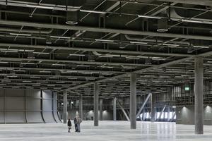 Messehallen sind idealerweise großflächige, rechteckige Gebilde mit großen Spannweiten und Raumhöhen von ca.10m. So sind Flexibilität und Vielseitigkeit der Messenutzung gewährleistet