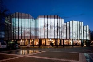 Die illuminierte Fassade des Alvar-Aalto-Kulturhauses in Wolfsburg