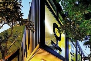 Ein als Treppenröhre abgeklappter Container zur Erschließung fand seinen Gegenpart in einem hochgeklappten Container, der eine Treppe auf die Dachfläche enthielt, wo eine aufgesattelte Plattform in Containergröße Rundumblicke erlaubte und dynamisch über die Dachkante auskragte