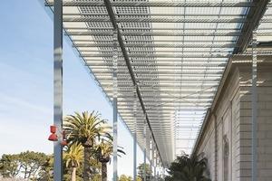 Da auf dem begrünten Dach weder formal noch funktional Solareinrichtungen installiert werden konnten, wurden Photovoltaikpaneele auf dem Pergolavordach platziert – 60000 Photovoltaikzellen generieren 213000 kWh jährlich, decken 10% des Energiebedarfs des Museums ab