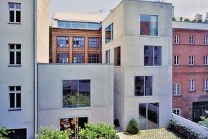 25 Fenster sind mit hochwärmegedämmten Schiebelementen von SOREG°-glide ausgeführt. Verwendet wurden 2-schienige Fenstersysteme bis zu 5100 mm bzw. 3-schienige mit dem Maß bis zu 5400 mm. Der Rahmenwerkstoff GFK garantiert eine verzugsfreie und isolierende Bauweise. Eigens entworfene Metallzargen sorgen für schmutzfreie Entwässerung der Elemente