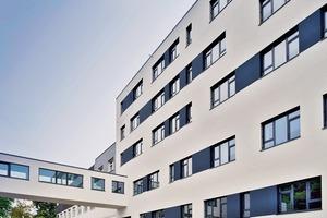 Innerhalb von 16 Monaten wurde das 9 574 m² (BGF) große Klinikum errichtet. Dank der klaren Struktur und Rasterung der 136 Module von ALHO war eine wirtschaftliche und schnelle Bauweise möglich