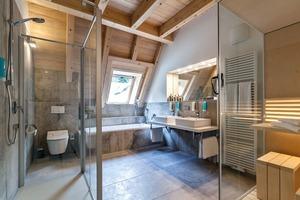 Innovative Duravit-Produkte, wie beispielsweise der Dusch-WC Sitz SensoWash Slim oder die steinähnliche Duschwanne Stonetto runden den Komfort in der Geroldsauer Mühle ab. In den exklusiven Suiten finden sich WCs der Serie ME by Starck, kreiert von Philippe Starck oder die Sauna Inipi B vom österreichischen Design-Trio EOOS<br />
