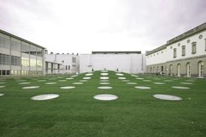 links die auch von Schneider + Schumacher (fast unsichtbar) wiederhergestellt Städel-Schule, in der Mitte ein Erweiterungsbau aus den Neunzigern (der nach seinem Architekten genannte Peichel-Bau), rechts das Städel-Museum