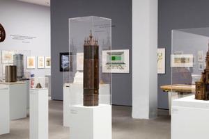 Die Ausstellung präsentiert neben Skulpturen und Gemälden auch Modelle
