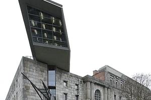 Im Jahr 2000 trieb Günther Domenig einen Speer in die von ihm so sehr verabscheute Monumentalarchitektur (Eingang des Dokomentationszentrum Reichsparteitagsgelände)