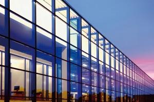 Die Werkshalle der Firma Euroglas in Haldenslebens hat eine 3000 m² große Glasfassade. Teilweise werden die Dachlasten direkt von der Fassade abgetragen