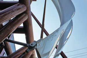 Die biegeweichen Lamellen wurden im geschlossenen Zustand gegeneinander verspannt um den hohen Windlasten standhalten zu können. Der weiche Lamellenrand wird durch die Aktuatoren gestreckt,durch die Krümmung der Fassade auf den steifen Rand der danebenliegenden Lamelle gepresst standzuhalten. Die Vorspannung wird sukzessive der zunehmenden Windlast angepasst: die adaptive Anpassung erfolgt aus zwei Gründen:1)Das kurzzeitig starke Vorspannen der Lamellen reduziert die Materialbeanspruchung, die Lebensdauer erhöht sich 2) die Gesamtleistung der gleichzeitig aktiven Antriebe wird auf 80 kW reduziert. im Normalbetrieb können so alle und während des Vorspannvorgangs bis zu 13 Lamellen gleichzeitig bewegt werden<br />