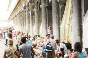 Gardinen, die Sehnsuchtsblicke kanalisieren: Schattenspender an der Piazza San Marco, Venedig