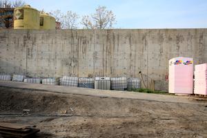 Karbonatisierter Beton der Gartenmauer