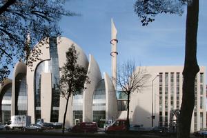 Mal wieder ohne Gerüste: Die Zentral-Moschee in Köln-Ehrenfeld wartet noch immer auf ihre feierliche Eröffnung