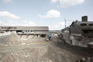 Baustelle Adlerhof: In die Grube wird das zweigeschossige Besucherzentrum als zentraler Verteiler eingefügt