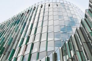 Der Neubau komplettiert das vorhandene Gebäude-Ensemble der KfW aus den 70er, 80er, und 90er Jahren. Ziel des Bauvorhabens war es, Raum für etwa 700 Büroarbeitsplätze sowie ein Konferenzzentrum zu schaffen, damit verschiedene Organisationseinheiten der KfW zusammenrücken können und die Betriebsabläufe optimiert werden
