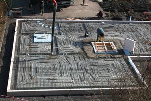 Die gedämmte Bodenplatte der GGT-Musterimmobilie ermöglicht einen schnelleren Bauablauf, hat einen ausgezeichneten U-Wert (0,12), vermindert Feuchtigkeitseintrag, vermeidet Wärmebrücken und bietet nach der Fertigstellung eine Oberfläche, auf der direkt der Bodenbelag aufgebracht wird. In diesem Fall ein hochwertiges, voll verklebtes Parkett ohne Fugen in den Innentürbereichen