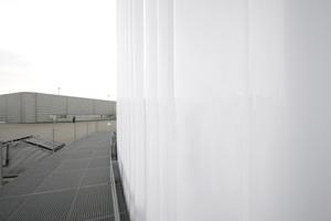 Gardine aus weissem Plexisglas. Links die Produktionshallen von Nicholas Grimshaw