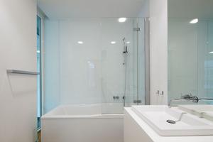 Das Bad im Obergeschoss. Im Erdgeschoss befindet sich zusätzlich ein WC<br />
