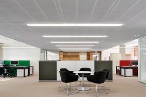 Die eher kühlen 4000 K der LED-Beleuchtung unterstreichen die Materialität und Struktur der Architektur. Die eingesetzte Steuerung sorgt dafür, dass die Leuchten bei Bedarf das Helligkeitsniveau konstant halten, je nach Tageslichtangebot