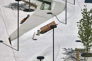 Die Betonfläche mit sanften Erhebungen und Senkungen verbindet den Platz zu einer urbanen Fläche. Maximal 10m² sind die einzelnen Betonplatten groß