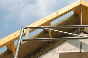 Deutlich erkennbar entsteht beim Bau dieses Passivhauses ein gut gedämmter Dachstuhl, der die spätere Dämmung der Fassade optimal abdecken wird. Die Anschlüsse sind nach den aktuellen technischen Regeln auszuführen<br />
