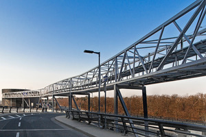 Foto6: Die leicht geschwungene Brückentrasse ruht auf acht Stützen und weist Spannweiten von bis zu 90 m auf<br /><br />