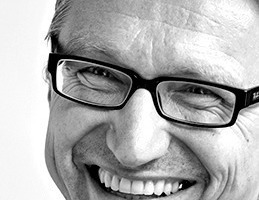 Architektur Contor Müller Schlüter, ACMS-Architekten GmbH Christian Schlüter <br />Nach 10-jähriger Zusammenarbeit in unterschiedlichen Projekt- und Büropartnerschaften gründeten Michael Müller und Christian Schlüter 1998 das Architektur Contor Müller Schlüter, dessen Geschäftsführung seit 2014 Olaf Scheinpflug ergänzt. Neben den Schwerpunkten der Energieeffizienz und dem Bauen im Bestand liegt ein besonderes Augenmerk auf der Vorfertigung großformatiger Bauteile zur Optimierung der Bauprozesse.