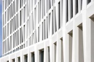 Die vorgehängte Fassade unterscheidet sich in der Sockelzone markant von den Obergeschossen