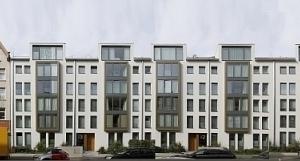 Montagearbeit: Grimmestraße mit den drei Umbauten in der Mitte