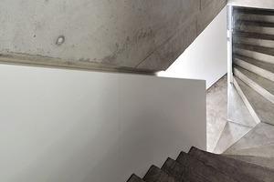 Die Treppe der talseitigen Wohnung führt hier vom Erdgeschoss ins Untergeschoss
