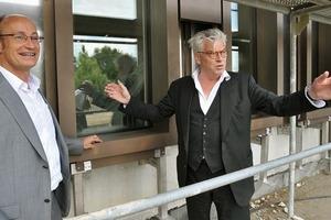 Professor Max Dudler und Projektgruppenleiter Klaus Kessler begutachten den Einbau der ersten Fassadenelemente