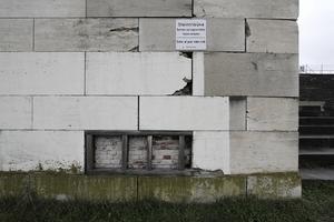 Hinter den Steinplatten, die Quader sein sollen, Baumaterial, wie es die Römer schon verwandten