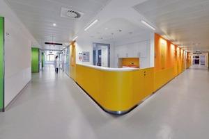 Der trapezfömige Kern des Krankenhauses fasst die Erschließung, die Nebenräume und die offenen Theken der Stationen. Er ist auf jedem Geschoss nahezu identisch in der Farbgestaltung, so dass Besucher sich leicht orientieren können