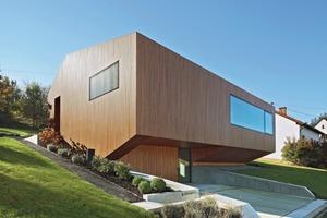 Zur Nordseite hin ist das Plusenergiehaus ungewöhnlich transparent. Das ist möglich durch die eigens für das Haus entwickelte Vierfachverglasung