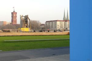 Neben der temporären Kunsthalle (blau) die Schlossplatzbaustelle, hier der letzte Rest vom Schützenfest: ein Treppenturm des PdR