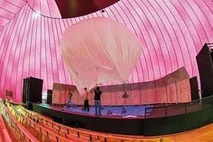 In der leuchtenden Halle schwebt ein Akustikelement
