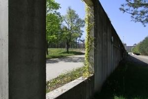 Osterschließung: Anlieferverkehr rechts der Wand, links zur Vorfahrt für wichtige Gäste