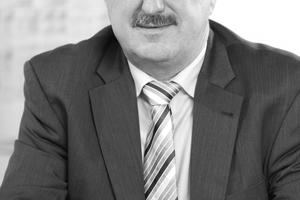 """Autoren  Ministerialrat Dipl.-Ing. Hans-Dieter Hegner ist Leiter des Referats BI 5 """"Bauingenieurwesen, Bauforschung, nachhaltiges Bauen"""" im Bundesministerium für Umwelt, Naturschutz, Bau und Reaktorsicherheit in Berlin. Darüber hinaus ist er Obmann und Mitarbeiter in verschiedenen DIN-Ausschüssen und Obmann des Sachverständigenausschusses A """"Baustoffe und Bauarten für den Wärme- und Schallschutz"""" des DIBt. Er ist Autor verschiedener Fachartikel und Bücher und übernahm die Geschäftsführung und Moderation der Baukostensenkungskommission"""