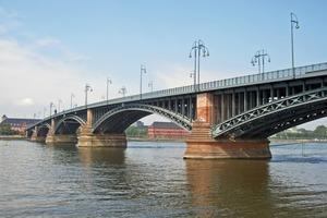 Theodor-Heuss-Brücke, Mainz-Wiesbaden, Bogenbrücke mit Fachwerkbögen, größte Spannweite 102,94 m, Gesamtlänge 475 m<br />