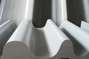 Bei tragenden Strukturen wie gewellten Fassadenplatten oder Trägerprofilen passt sich die Mikroarmierung dem jeweiligen Oberflächenverlauf des Bauteils an<br />