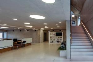 Die Innenwände bestehen aus Stahlbeton-Wandscheiben in Sichtbeton SB4, die Decken sind Stahlbeton-Massivdecken, Untersicht Sichtbeton SB4, die Treppen: Stahlbeton-, Fertigteil, Treppenläufe, Untersicht in Sichtbeton SB4