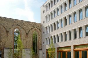 Die Architekten entschieden sich beim Neubau Hospitalhof in Stuttgart für Mauerwerk mit handwerklichem Charakter, da es den Betrachtern auf den ersten Blick vertraut vorkommt. Der helle Ziegel des Neubaus fügt sich harmonisch in den historischen Kern des Viertels ein<br />