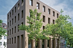 Eine ungewöhnliche Farbgebung: Die Architekten wählten einen braunen Farbton für den Fassadenputz