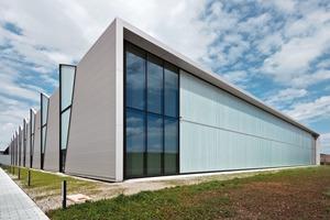 Das Leitmotiv zeigt sich in der Faltung der Oberflächen auf den Dächern und findet sich in den Fassaden der polygonal zugeschnittenen Felder wieder