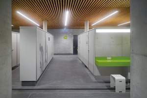 Die Abwärme der Technik im Keller erwärmt die Zwischendecke zum Erdgeschoss. Daher verzichten die Planer in der Halle, in den Duschen und Umkleiden auf eine zusätzliche Fußbodenheizung