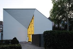 Ostansicht mit dahinter liegender Kapelle