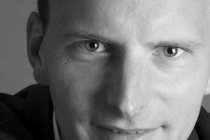 """<div class=""""autor_linie""""></div><div class=""""dachzeile"""">Autor</div><div class=""""autor_linie""""></div><div class=""""fliesstext_vita""""><span class=""""ueberschrift_hervorgehoben"""">Frank Peter Jäger,</span> geb. in Köln, studierte Stadtplanung und Architektur in Berlin und Venedig. Volontariat und journalistische Ausbildung bei einer Potsdamer Tageszeitung und der FAZ; danach arbeitete er mehrere Jahre als Journalist und Architekturkritiker. Ende 2003 gründete er die Agentur Archikontext. Als PR-Dienstleister und Redakteur koordiniert er Publikationen und Presseveranstaltungen von Architekten und Unternehmen der Baubranche.</div><div class=""""autor_linie""""> </div><div class=""""fliesstext_vita"""">Informationen: <a href=""""http://www.glastroesch.de"""" target=""""_blank"""">www.glastroesch.de</a> </div>"""
