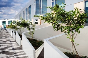 Jedes Reihenhaus besitzt eine eigene Terrasse, davor verläuft der öffentliche Weg<br />