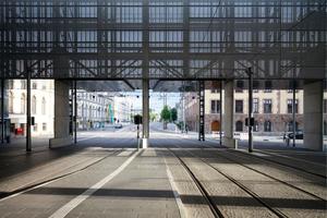 Die Öffnung der Fassade erlaubt ein Ankommen mitten in der Stadt